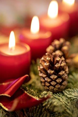 red-candles-flames-pinecone