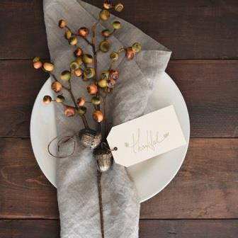 table-napkin-berries-tag-thankful